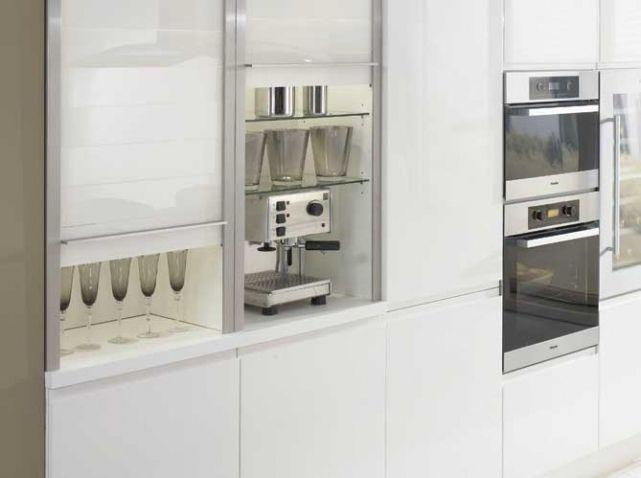 un placard avec store coulissant l 39 armoire de cette cuisine se dote de belles persiennes en. Black Bedroom Furniture Sets. Home Design Ideas