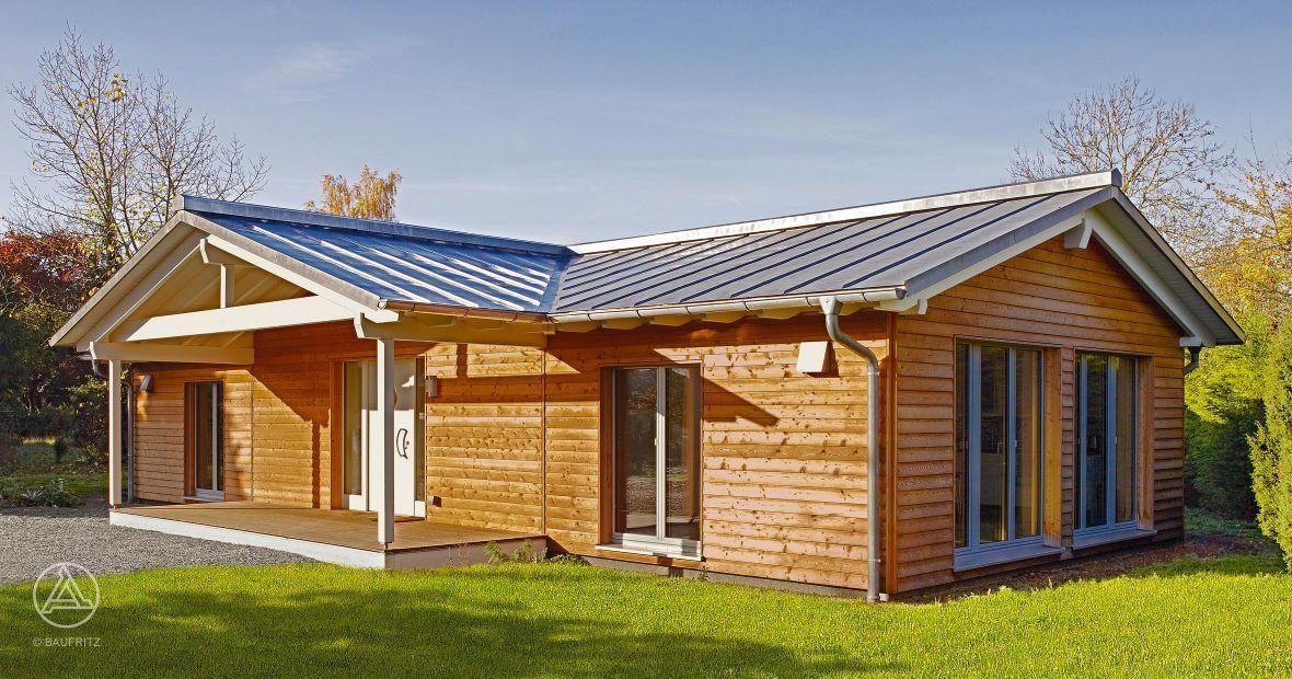 klassischer rollstuhlgeeigneter bungalow mit holzverschalung credo naturbelassen und blechdach. Black Bedroom Furniture Sets. Home Design Ideas