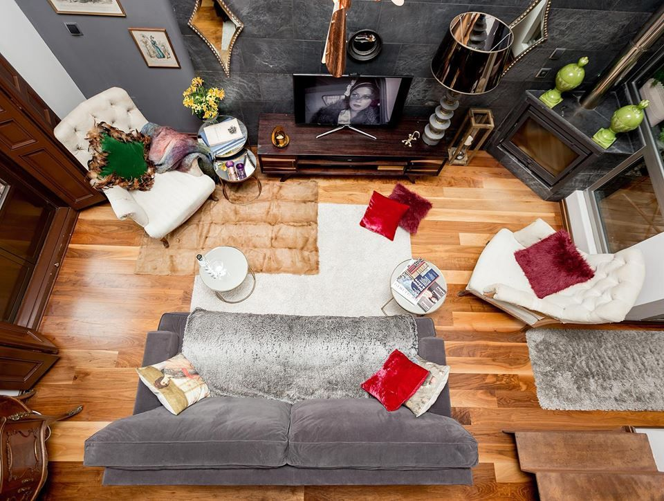Vista aerea de una pequeña sala de estar o tv. en tonoces grises y algunos elementos de color