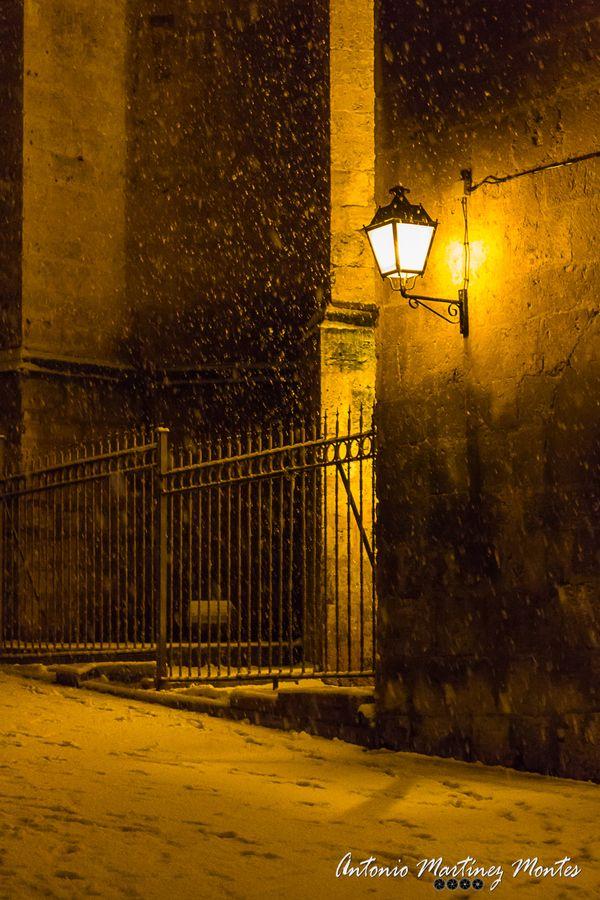 Cae La Nieve A La Luz De Un Farol En La Ciudad De Albacete, Justo Detrás De  La Catedral.   Snow Falls In The Light Of A Lantern In The City Of ...