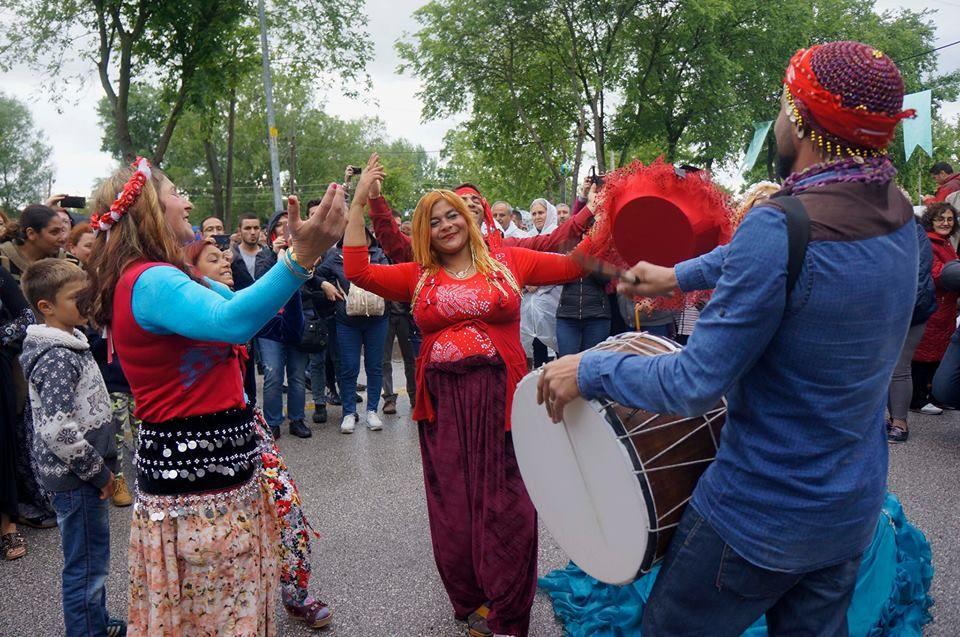 """Turizmin """"efsanelerle dolu"""" tur paketi: Kakava. Romanların Hıdırellez'i olarak bilinen Kakava, son yıllarda kültür turizmini seçen turistler için vazgeçilmez tur paketleri arasına girdi. Türkiye'nin pek çok yöresinden Kakava Şenlikleri'nin renklerini yerinde görmek isteyenler için tur operatörleri bir gece 2 gündüz Kakava paketleriyle yüzlerce turisti Edirne'ye taşıdı. Sarayiçi'ndeki kutlamalara yüzlerce turist katıldı."""