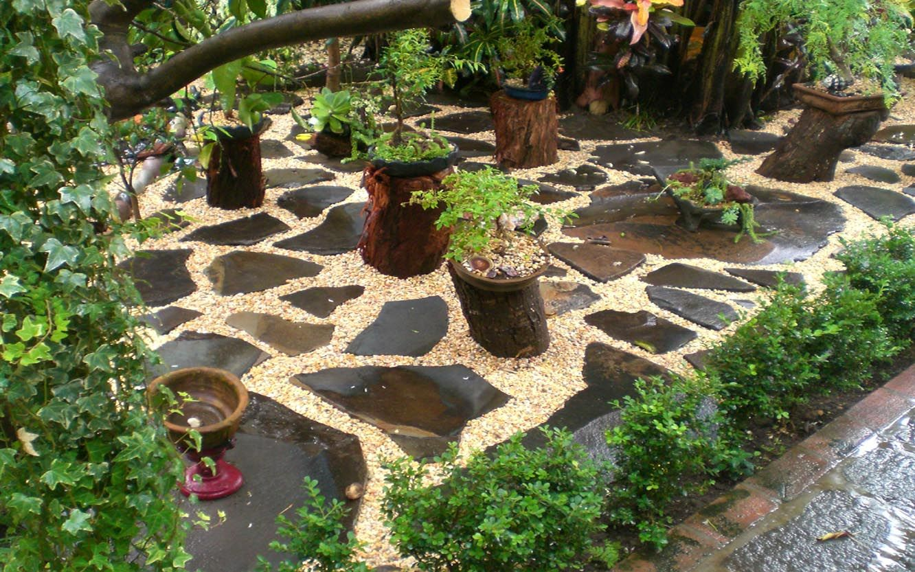 Loose Set Flagstone And Pea Gravel Garden Front Yard 640 x 480