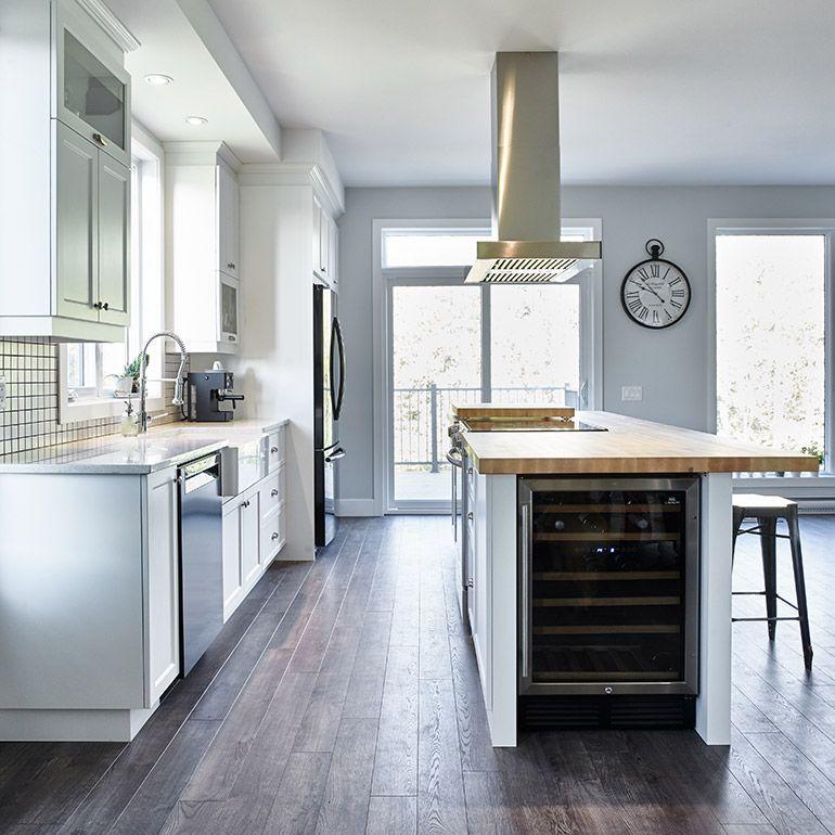 Cuisine style contemporain avec cellier intégré dans îlot - hotte integree dans meuble haut