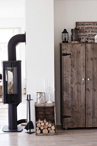 Los elementos de madera natural combinan con los tonos neutros de la casa de Gina