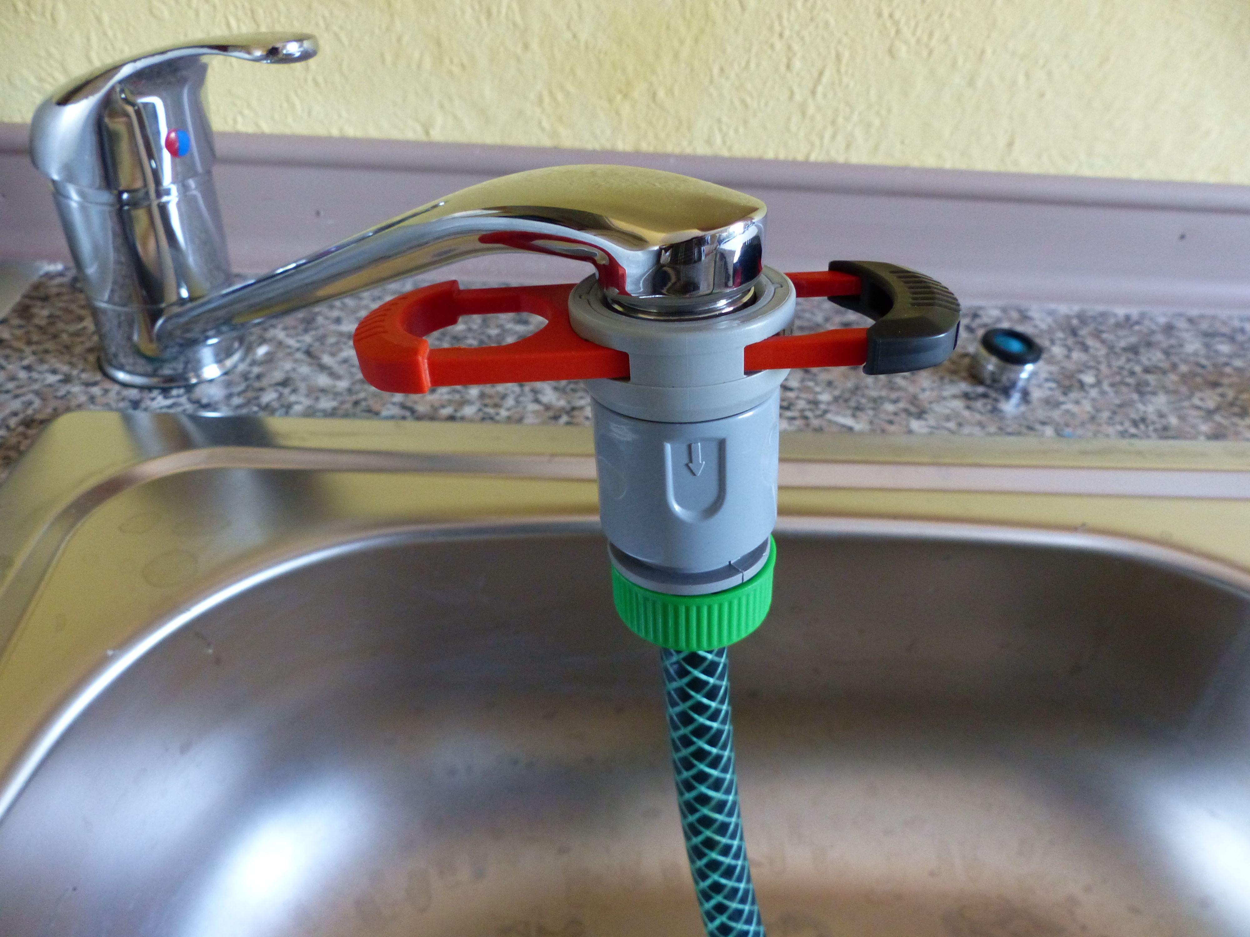 Wie kann man einen Gartenschlauch mit dem Wasserhahn in der Küche