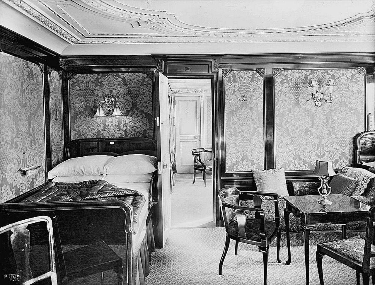 Cabine B 60 A Bord Du Titanic Decoree Dans Le Style Queen Anne Lambris En Acajou Et En Soie Damassee Cabin B 60 Aboar Titanic Titanic Deaths Titanic Ship