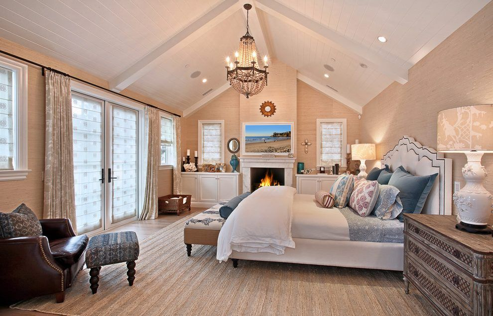 Incroyable Bed On Side Of Vaulted Ceiling Room Floats Too Much Without Additional  Structure.