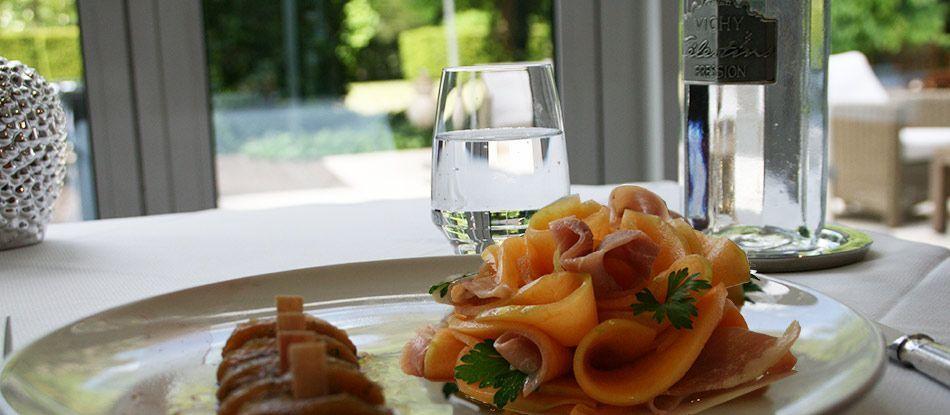 Mélangez les saveurs dans ce plat d'été avec cette recette de melon confit à la menthe et sa rosace de jambon cru pour un savoureux mélange sucré salé.