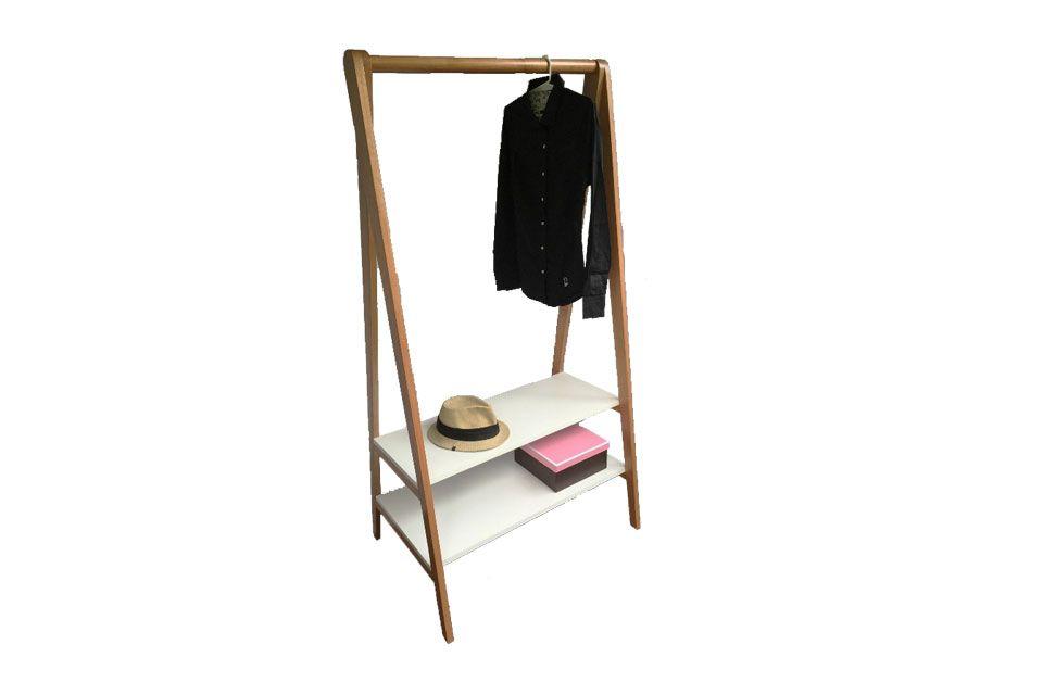 6 estilos para un perchero  Modelo Roma, de madera paraíso y estantes laqueados en blanco ($3500, Polivalente Diseño).