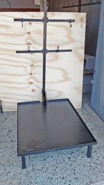 CARACTERÍSTICAS Asador criollo en cruz con piso carbonero de chapa de hierro de 14 mm de espesor, y ángulos de 25.4 mm, garantizando la firmeza de la estruct...