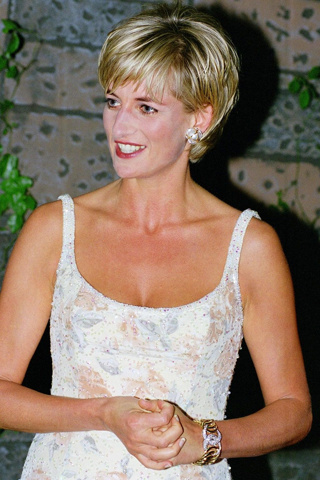 Princess Diana In 26 Era Defining Jewelry Pieces Vogue Paris In 2020 Princess Diana Hair Diana Haircut Princess Diana