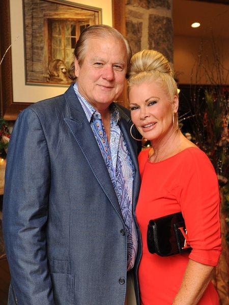 Theresa Roemer avec gentille, mari Lamar Roemer
