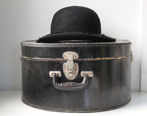 Vintage 1920s Hat Box Antique Black Travel Case Leather Handle Edwardian Industrial Steampunk The Whiskey Dinner Derby Box Schachteln Koffer Dandy