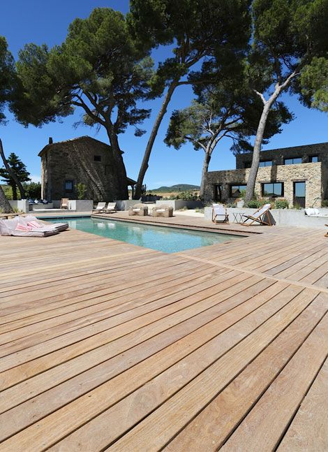Tour de piscine réalisé en lames de terrasse bois exotique Cumaru à