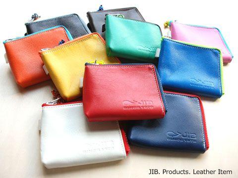 JIBで人気の小物NO.1商品、マイクロクラッチ(お財布)のレザーバージョン。ほぼ正方形のボディの周りにぐるっとジッパーがついたお財布。【型番】LP-MC35 【サイズ等】12×9.5×1cm 【価格】¥3,675