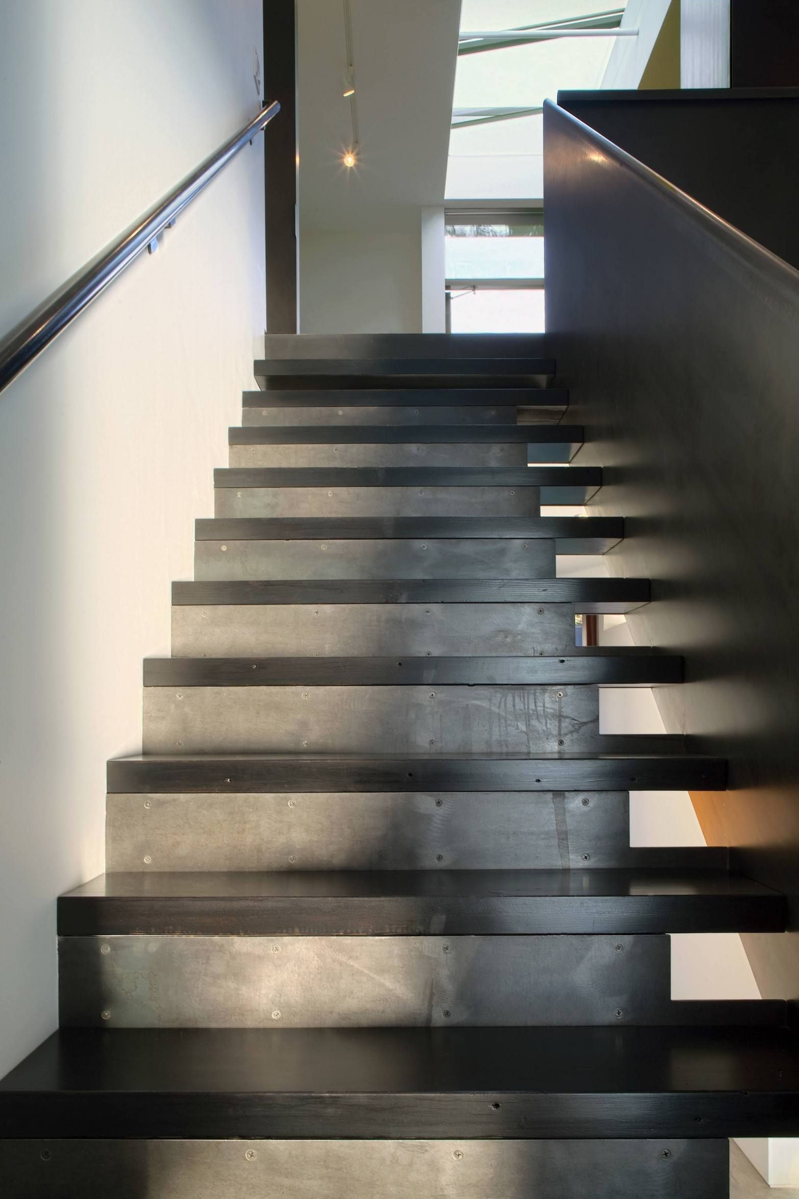 Best Ok — Tansu House Front Courtyard Staircase Design 400 x 300