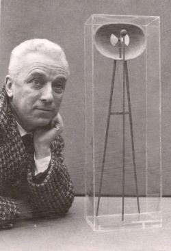 Bruno Munari con la Macchina Inutile del 1934