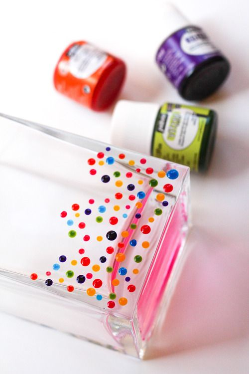DIY :: dresses up a vase with colorful dots.