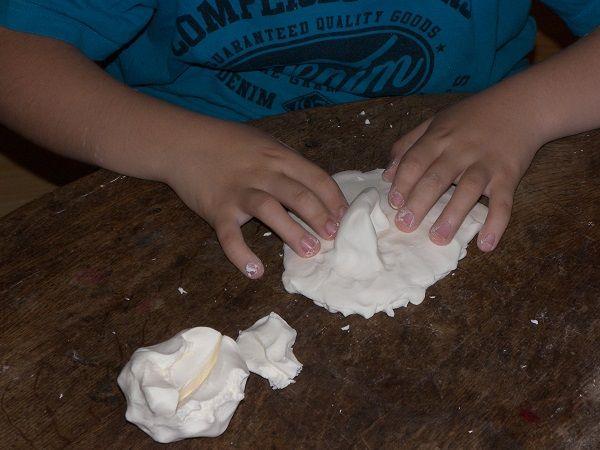 Pâte à modeler avec deux ingrédients... et sans cuisson   Sensoriel, Recette pâte à modeler et ...