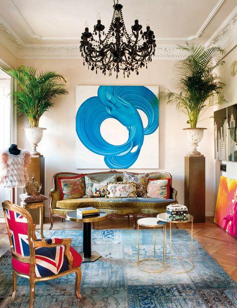 La obra de David Palmer convive con un sofá estilo Luis XVI, tapizado por Bea con distintos trozos de tela de MCH. Dos peanas sostienen copas francesas de Anmoder, al igual que las mesitas. La alfombra es de Carpet Reloaded.
