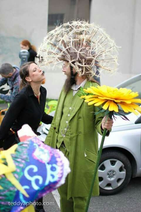 Witty Dandelion Costume ~ I love that the girl is trying ...