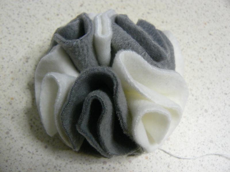 Une fleur en polaire pour mon chapeau: tuto - Fil et Petits Pois #fleursentissu