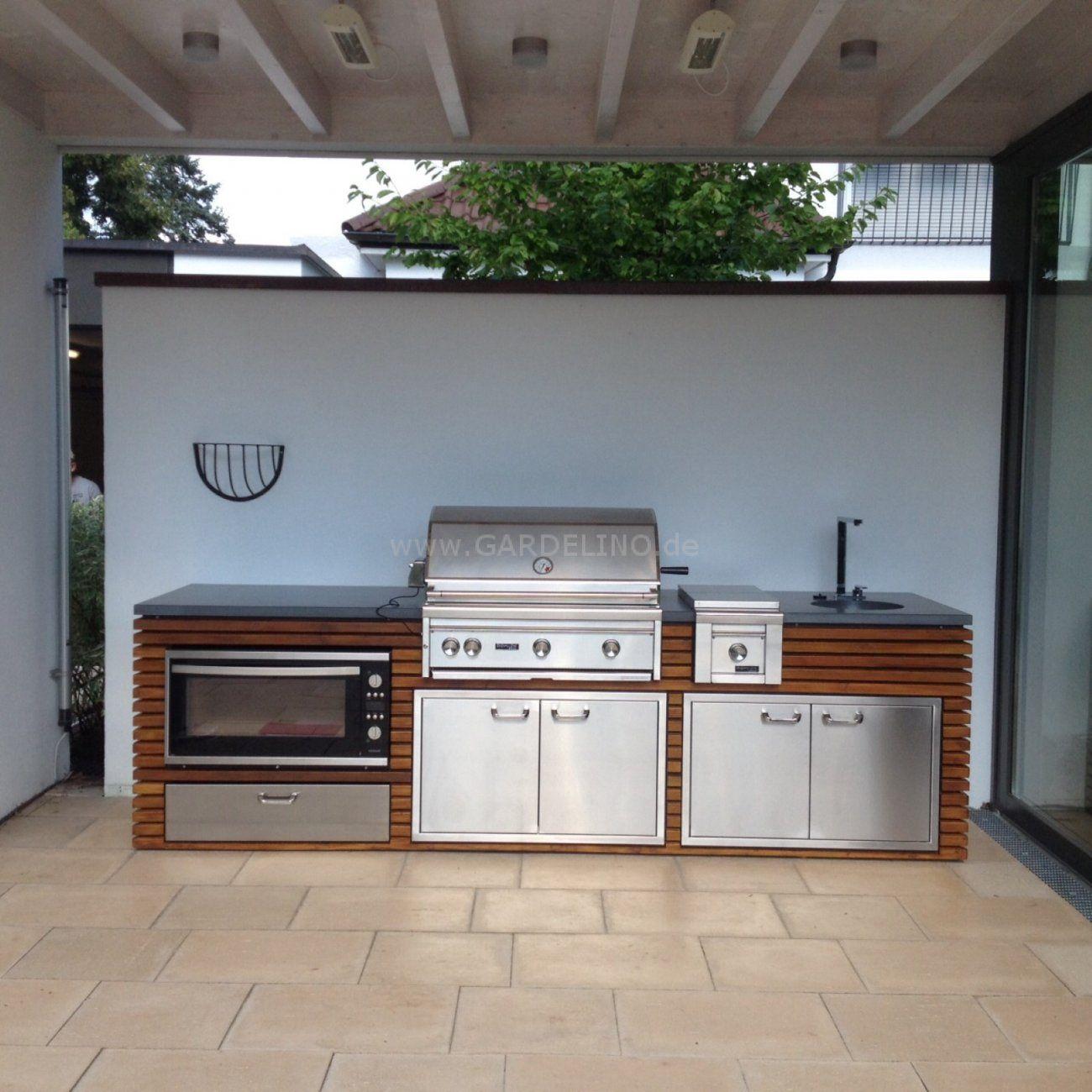 Luxuriöse Design Außenküche aus Holz mit Edelstahl Grill