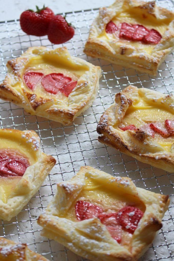 Süße Sünde im Handumdrehen gebacken mit nur drei Zutaten und keine fünf Minuten Zubereitung. Perfekt für spontanen Besuch. #apfelrosenblätterteig