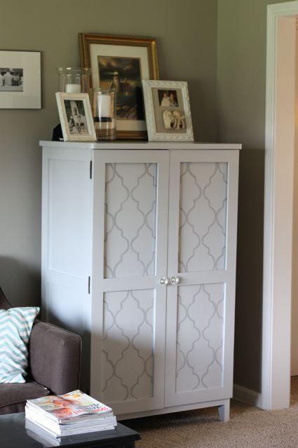 pintar los armarios empapelar y ponerle marcos a las puertas y poner tiradores bonitos