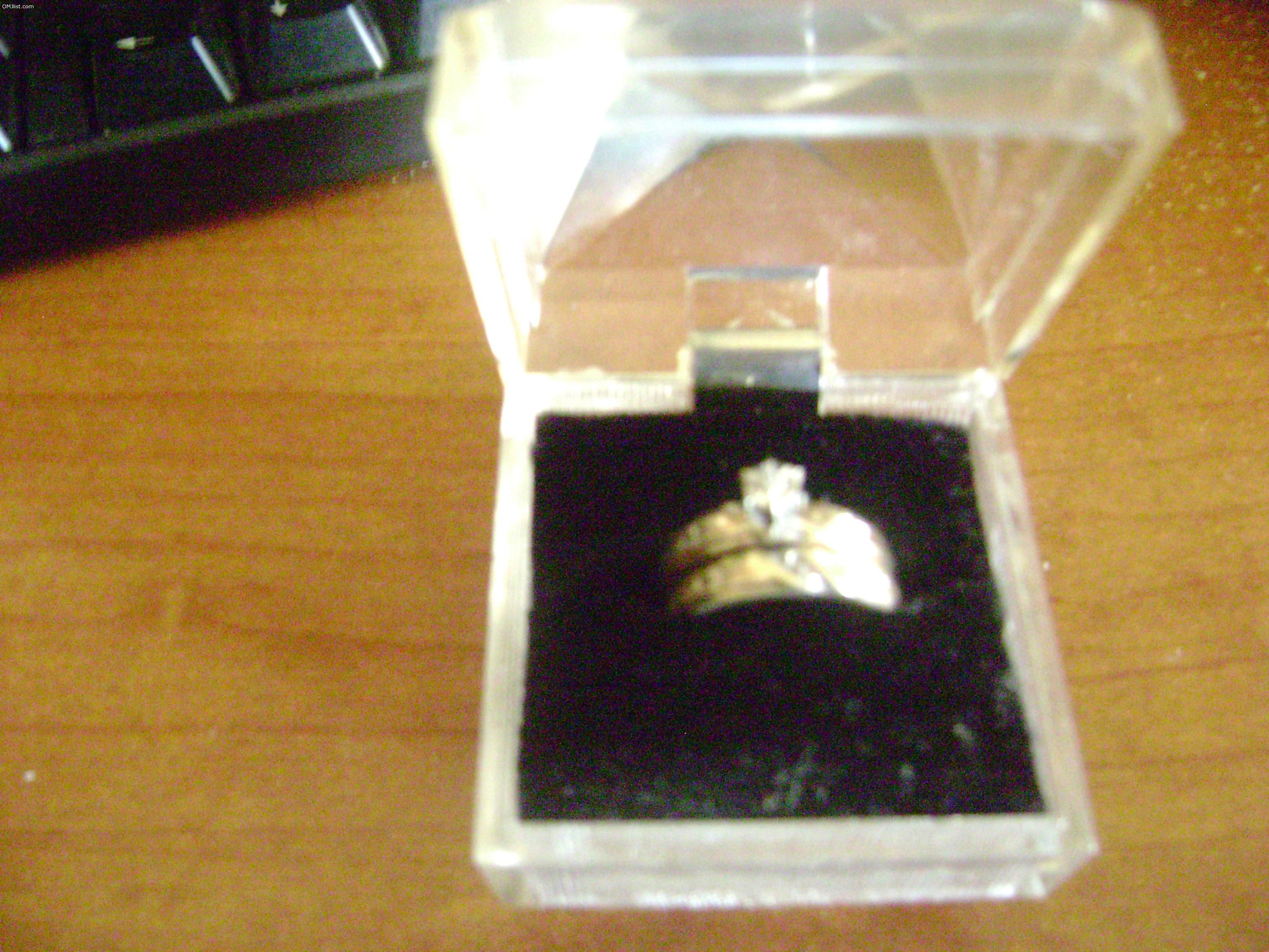 i need to sell my wedding ring setdiamond is small nice set - Sell My Wedding Ring