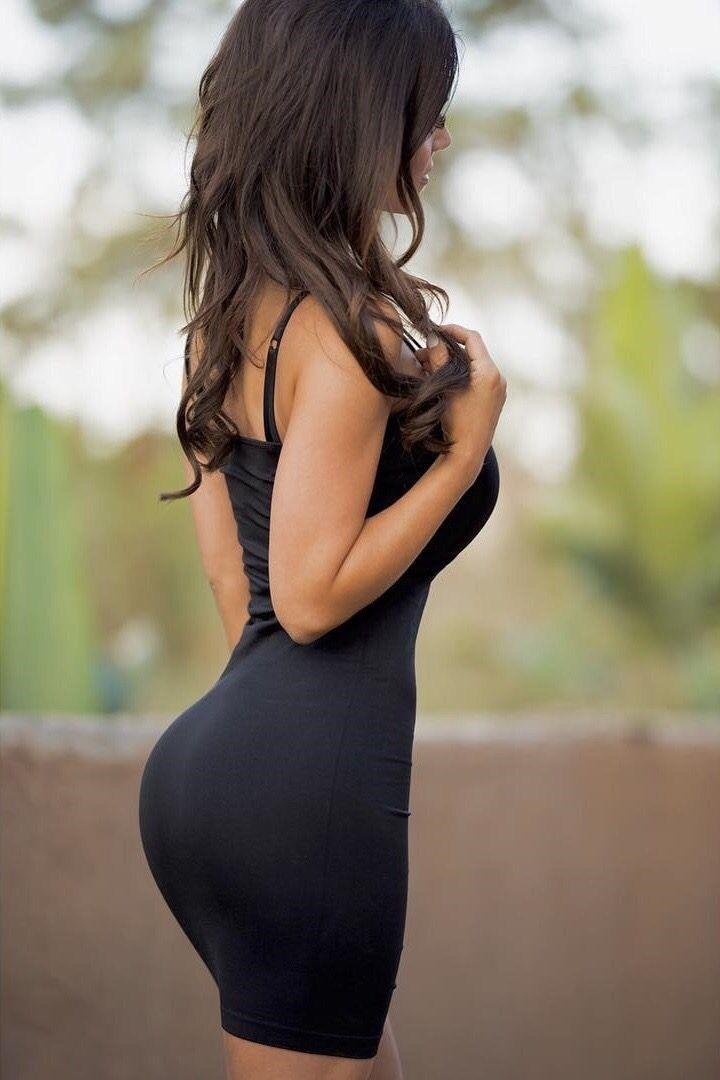 Попа в черном облегающем платье легко