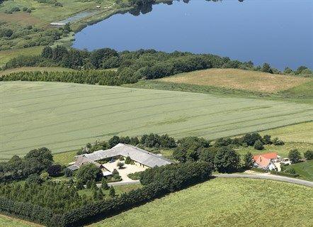 Jellingvej 55, 7182 Bredsten - Pragtfuld naturejendom ideelt beliggende med udsigt over Fårup Sø #landejendom #bredsten #selvsalg #boligsalg