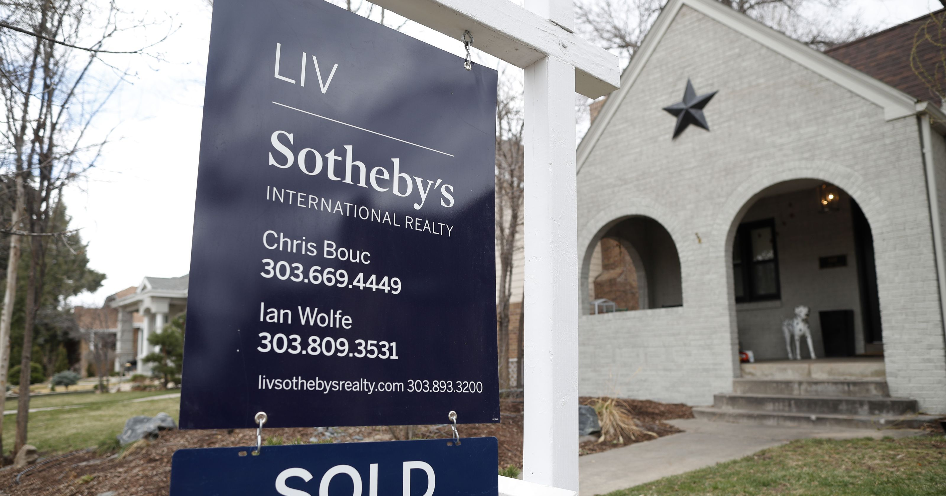 US home sales fall 2.5 in April, Mortgage rates hit 7