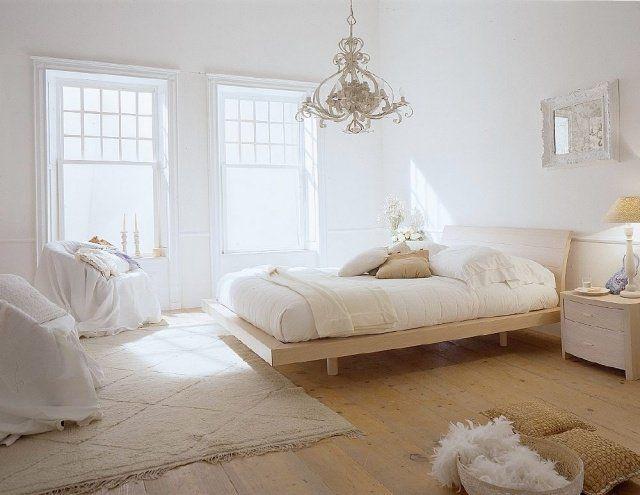 Une Chambre à Coucher Blanche Et Romantique Avec Un Mobilier élégant