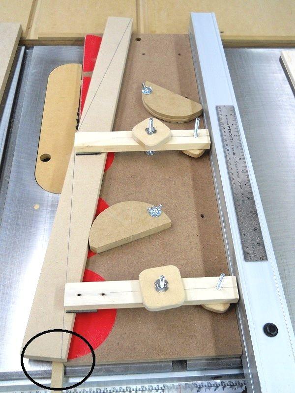 make a table saw dovetail jig 1 fabriquer un gabarit de queues d aronde pour banc de scie. Black Bedroom Furniture Sets. Home Design Ideas