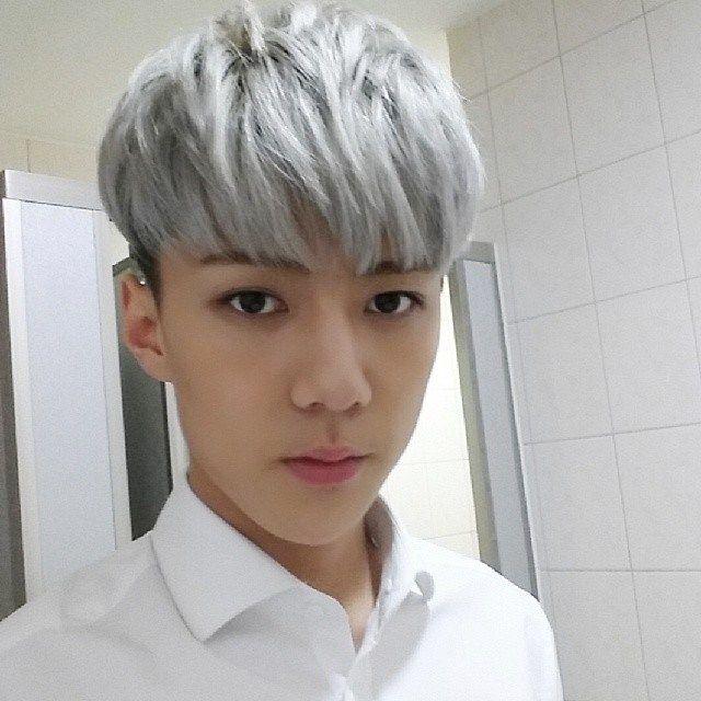 27 Impossibly Pretty Reasons To Go Gray This Summer Silver Hair Men Silver Hair Sehun