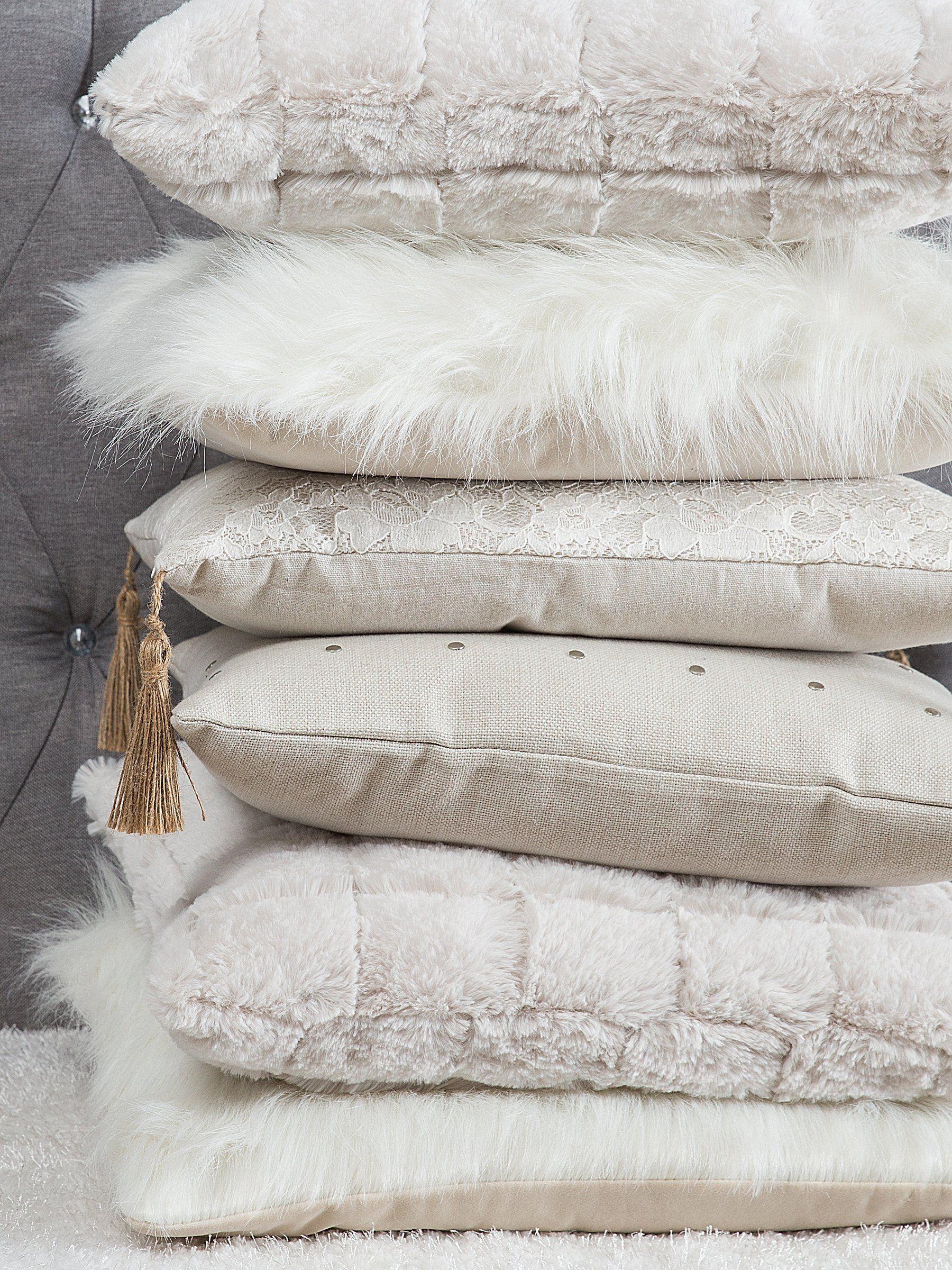 Jasne Poduszki Dekoracyjne Idealne Do Przytulnej Sypialni I