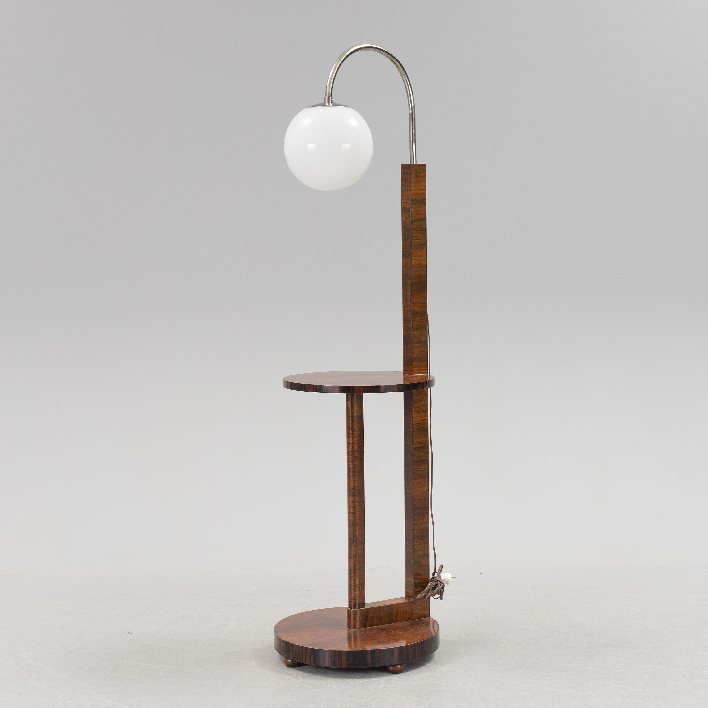 LAMPBORD Art deco, 1930-tal. Valnöt. Rund fot samt rund skiva. Lampa med vit rund glaskupa. Diameter 47, höjd 181 cm.