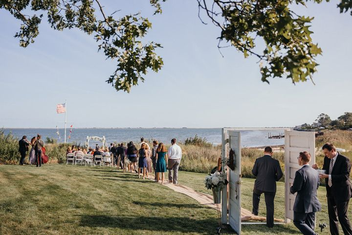 Guests arrived at the wedding ceremony | fabmood.com #wedding #backyardwedding #fallwedding #sunflowerthemed