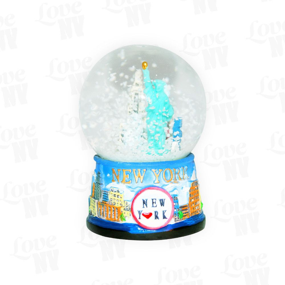 Was gibt es schöneres als den Winter und Weihnachten in New York? Mit dieser tollen kleinen Schneekugel schneit es wann immer du willst! Mit dem typischen LOVE NY Logo und einem Durchmesser von 4,5cm passt diese schöne kleine Schneekugel bestens in jedes Regal, die Vitrine oder auf den Schreibtisch.