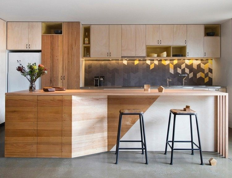 moderne Holzküche mit Kochinsel und geometrischem Fliesenspiegel - moderne kuche massivem eichenholz