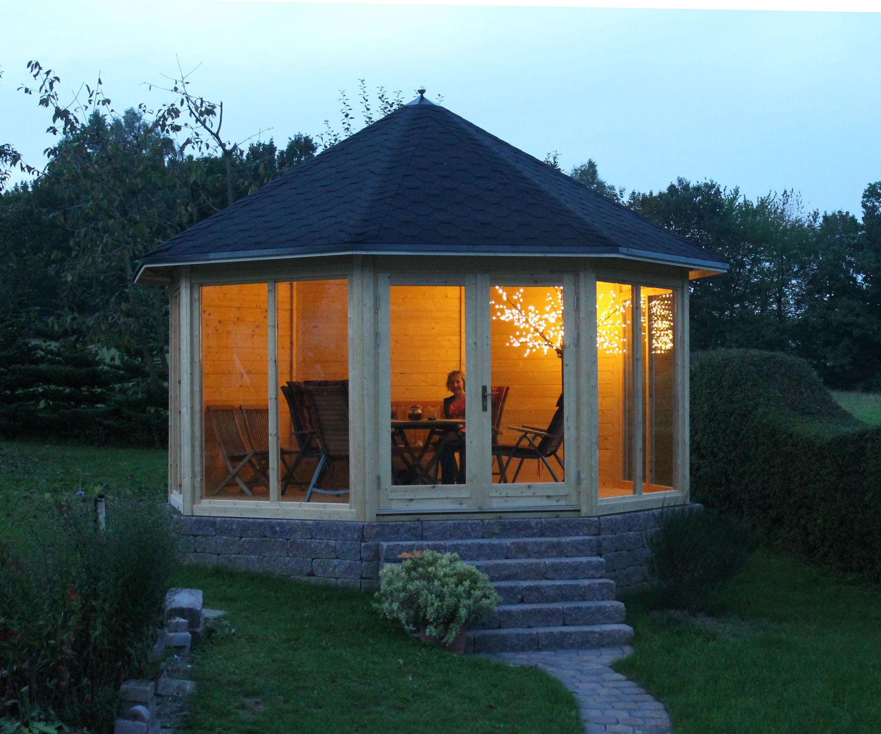 Gartenpavillon auf gemauertem Fundament auch abends ein