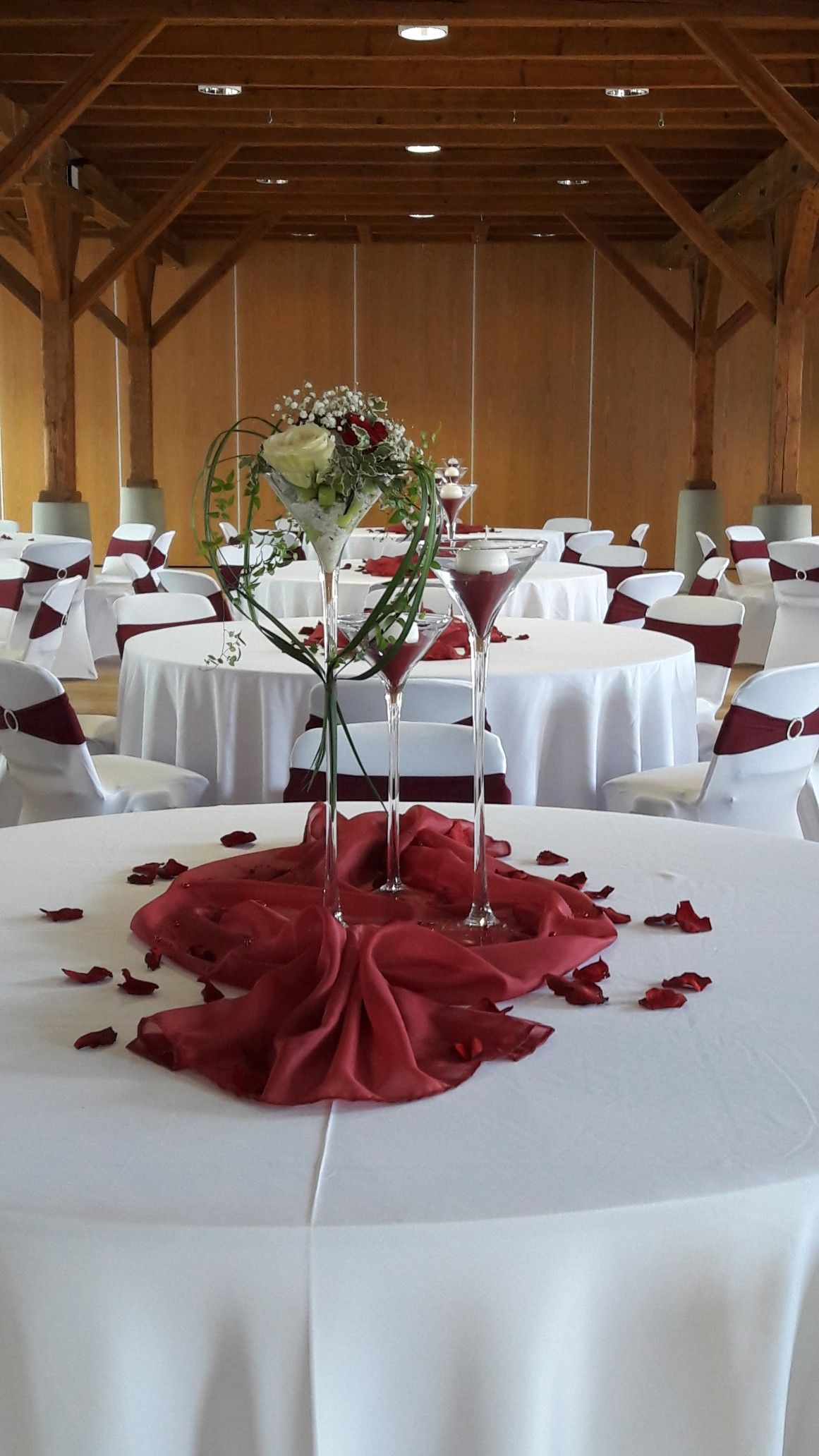 Gästetisch Rot-Weiß | Hochzeit floristik, Tischdekoration