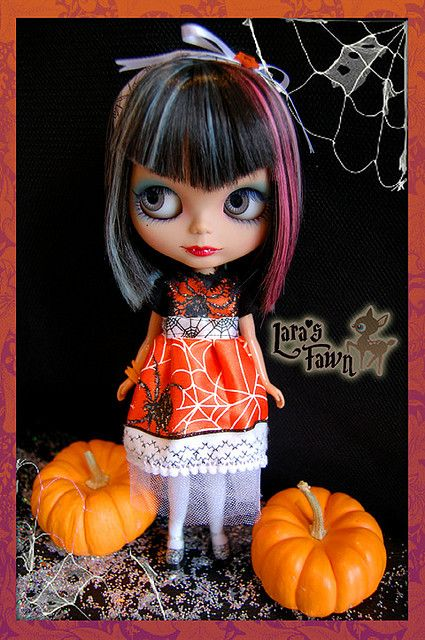 The Black Widow - OOAK HALLOWEEN Custome Set for Blythe Dolls features 8 pieces: 1.- The dress The dress is carefully handcrafted and stiched using machine and finishing by hand using fancy halloween fabrics, I used white tulle inside the skirt for