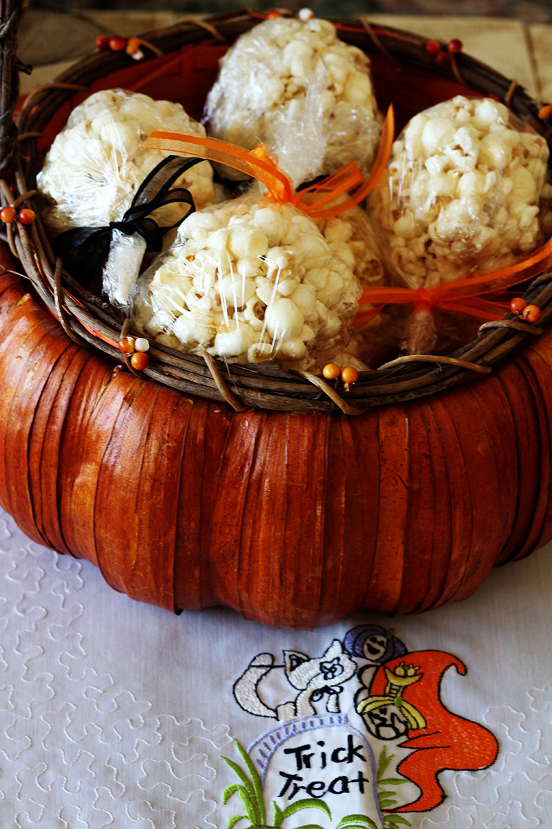 Tootsie Pop Popcorn Balls are great for trick-or-treats. This is a fun way to combine Tootsie Pops and Popcorn Balls, giving out two treats in one! #popcornballs