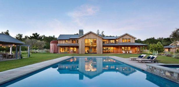 Maison originale en bois avec belle piscine et jardin multicolore ...