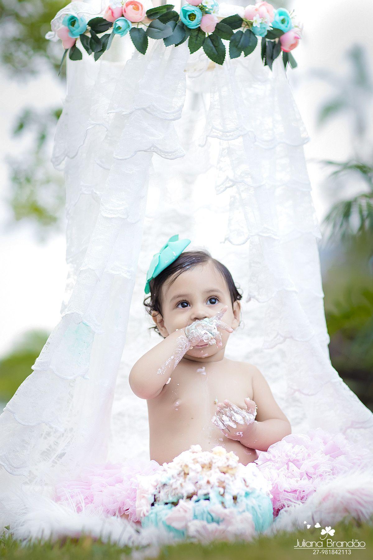 Tem coisa mais divertida do que o primeiro contato do bebê com esse mundo doce?Mesmo dodoizinha a Isabella se divertiu nesse ensaio.Adorou colocar a testa no bolo rs.