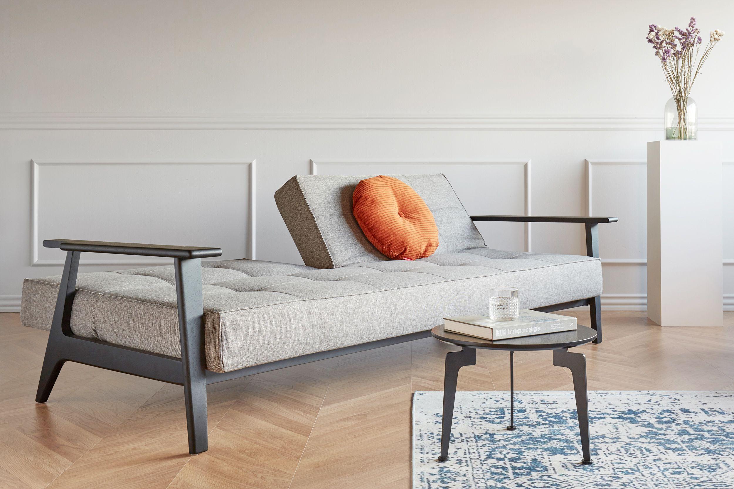 Stilvolles Sofa Von Innovation In Grau Schwarz Das Schlafsofa Der Serie Splitback Frej Ist Mit Einem Gestell Aus Massivho In 2020 Sofa Innovation Splitback