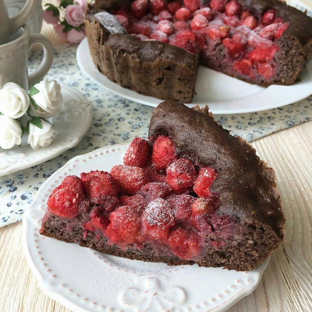352 отметок «Нравится», 3 комментариев — Рецепты ПП выпечки, десертов 🍰 (@your_sweet_diet) в Instagram: «Автор @_lisaalissa_ -  Шоколадно-клубничный пирог😋ооочень вкусно! Делюсь скорее рецептом : 🍓120 гр…»