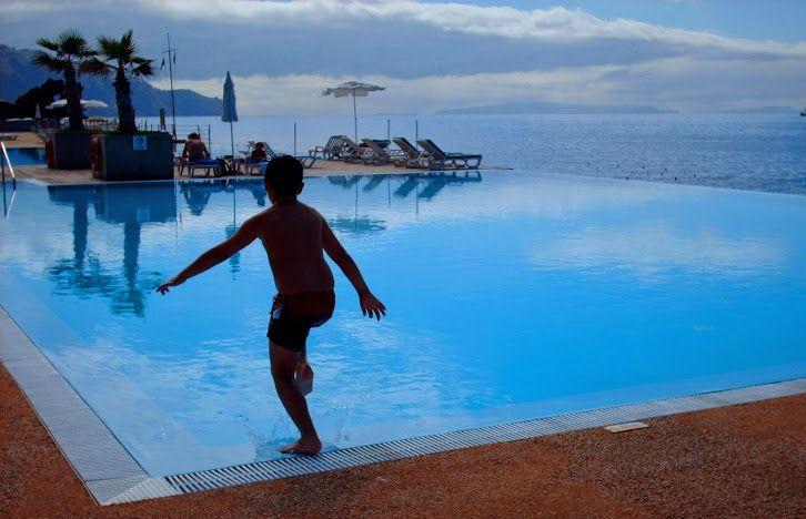 Ilha da Madeira, Portugal. Um lugar com temperaturas amenas quase o ano todo. Hotéis maravilhosos, onde podemos desfrutar de uma bela piscina com vista e acesso direto para o mar, uma vez que quase não existem praias com areia.